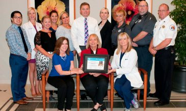Personal de Lakewood Ranch Medical Center con el premio